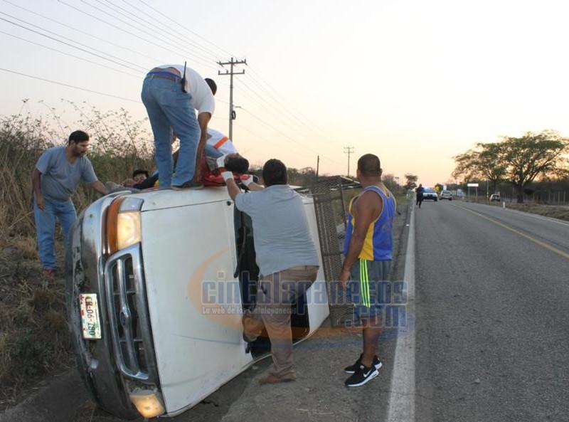la-camioneta-termino-volcada_889x593